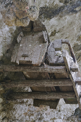 A pesar de la altura visitan las tumbas