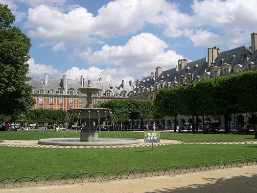 800px-Paris_PlaceDesVosges_NordNordEst